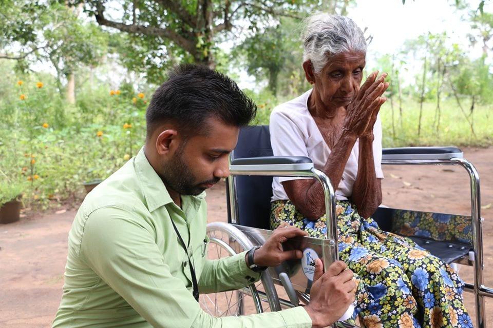 සැමට ආශිර්වාද පතා රෝද පුටුවක් පරිත්යාග කල පියාණන් | Donating a Wheelchair