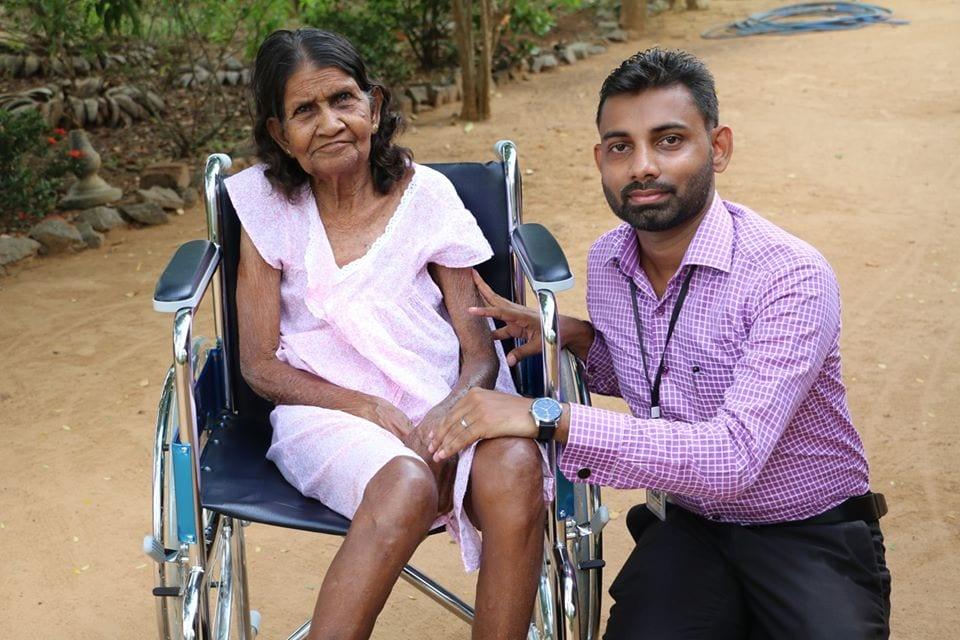 නීරෝගී සුව පතා අසරණ මවකට වාරුවක් වූ ෆේස්බුක් මිතුරා | Donating a Wheelchair (නැවත පරිත්යාග කිරීම)