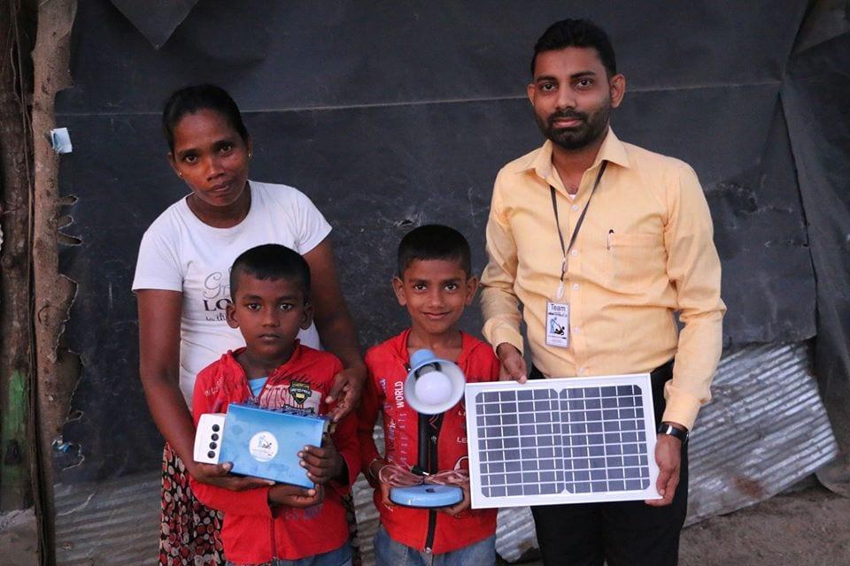 දරුවෝ දෙදෙනෙක් සමඟ තනිවු මවක් සිටින අසරණ පවුලකට Solar Panel මඟින් විදුලි ආලෝකය ලබාදී ඔවුන්ගේ ජීවිත අලෝකමත් කල ෆේස්බුක් මිතුරිය