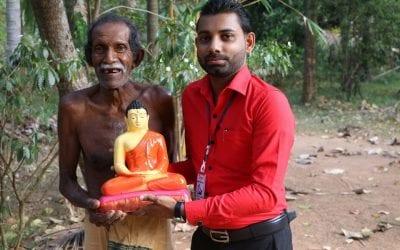 වන්දනාමාන කිරීමට සඳහා බුද්ධ ප්රතිමා පරිත්යාග කර පුතණුවන්ගේ උපන්දිනය සැමරූ ෆේස්බුක් මිතුරිය (Donating Buddha Statues) – Part 02