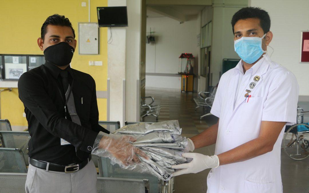 වෛද්යවරු සහ හෙද නිළධාරීවරුන් උදෙසා ආරක්ෂිත ඇඳුම් (PPE Kit) පරිත්යාග කිරීම